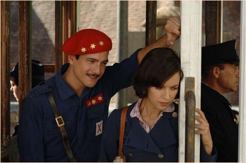 La Sanchez con Felix Gomez in una immagine del dramma Le tredici rose, diretto da Emilio Martínez Lázaro