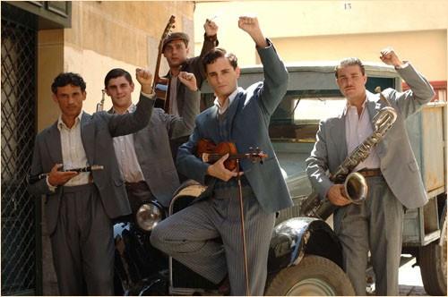 Un gruppo musicale nel dramma storico Le tredici rose, del 2007