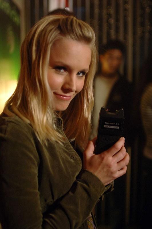 un primo piano di Kristen Bell sul set dell'episodio 'L'amico del college' di Veronica Mars