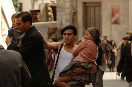 Uno dei protagonisti del dramma Le tredici rose, di Emilio Martínez Lázaro