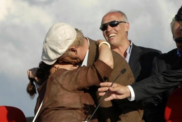 G8 2009 a L'Aquila: la star Bill Murray bacia appassionatamente Stefania Pezzopane, Presidente della Provincia