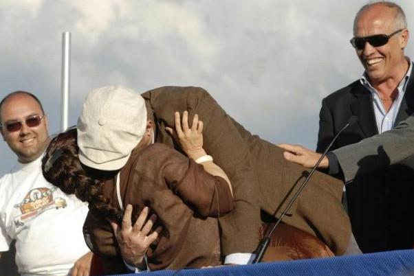 G8 2009 a L'Aquila: un bacio appassionato per Bill Murray e Stefania Pezzopane, Presidente della Provincia