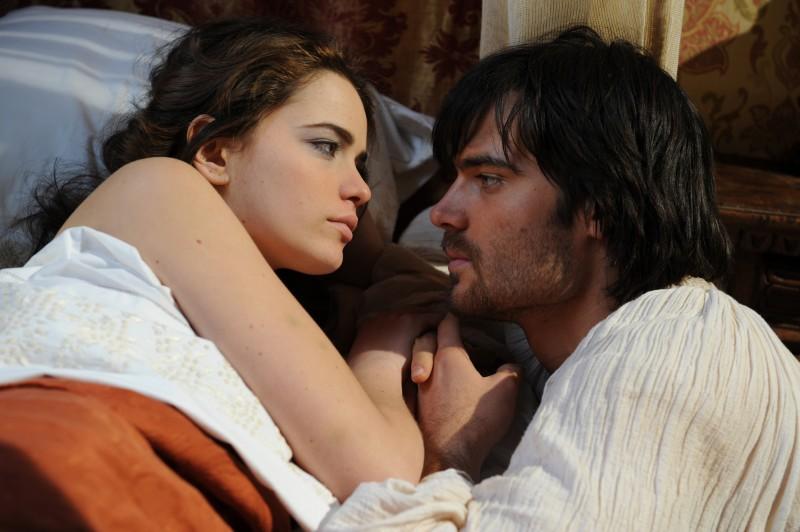 Cosima Coppola e Giulio Berruti in una scena della fiction Mediaset Il falco e la colomba