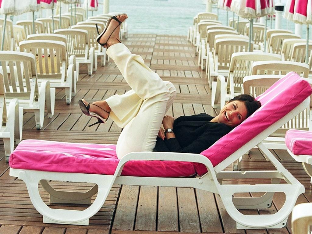 Un wallpaper di Tiffani Amber Thiessen per un servizio fotografico su sdraio