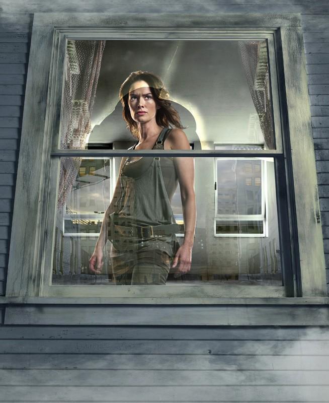 Una foto promo, dietro a una finestra, di Lena Headey per la 2 stagione di Terminator: The Sarah Connor Chronicles