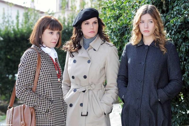 Valeria Milillo, Alessandra Martinez e Sarah Felberbaum in una scena della serie Caterina e le sue figlie 3