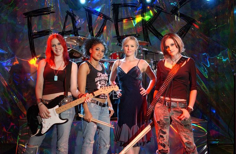 Il gruppo musicale The Faders e Kristen Bell sul set della puntata 'Visita dal passato' di Veronica Mars