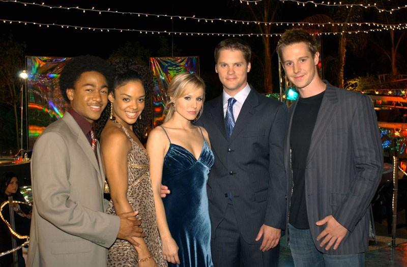 Percy Daggs III, Tessa Thompson, Kristen Bell, Jason Dohring e Teddy Dunn sul set della puntata 'Visita dal passato' di Veronica Mars