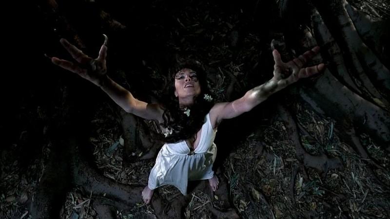 Michelle Forbes nella scena della trasformazione durante l'episodio 'Shake and Fingerpop' della serie tv True Blood