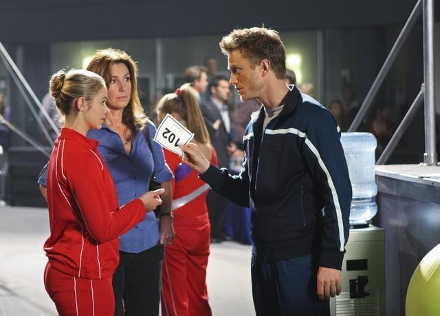Ayla Kell, Peri Gilpin e Neil Jackson in una scena dell'episodio Between a Rock and a Hard Place di Make it or Break it
