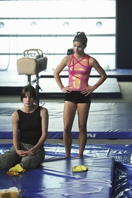 Chelsea Hobbs e Josie Loren in una scena dell'episodio Sunday, Bloody Sasha, Sunday di Make It or Break It