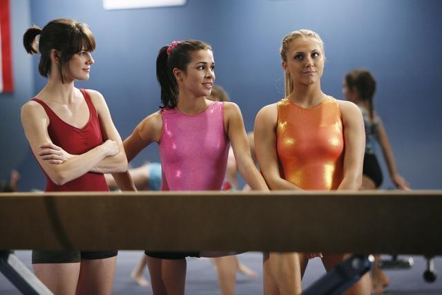 Chelsea Hobbs, Josie Loren e Cassie Scerbo in una scena del pilot della serie  Make It or Break It
