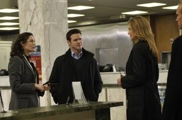 Eddie McClintock, Tricia Helfer e Joanne Kelly in una scena dell'episodio Resonance di Warehouse 13
