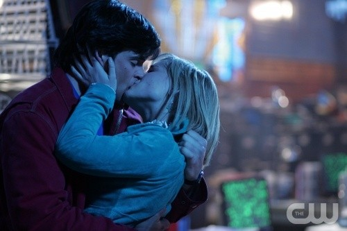 Un bacio tra Clark (Tom Welling) e Chloe (Allison Mack) in Dimensione Fantasma, episodio della stagione 5 di Smallville