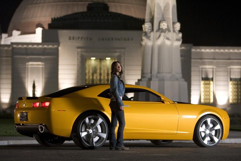 Megan Fox con Bumblebee, trasformato in Chevrolet, in una scena del film Transformers