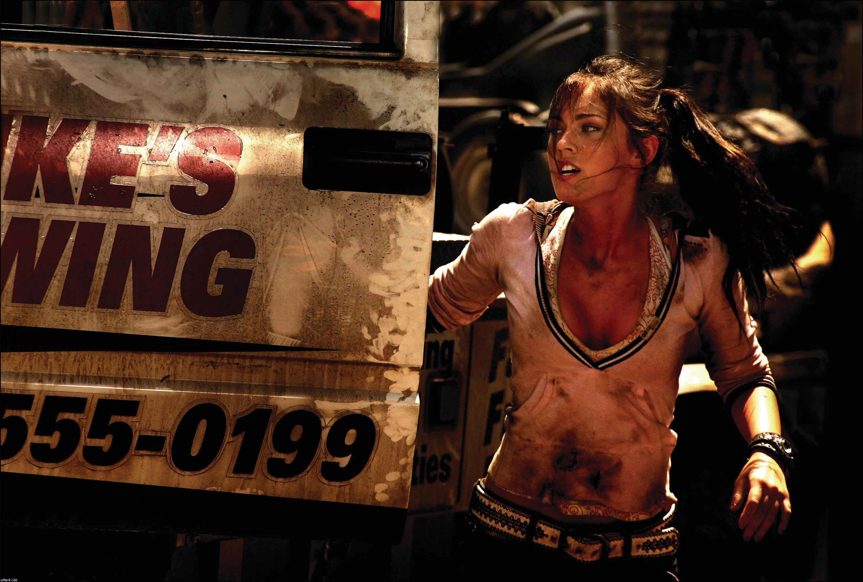 Un wallpaper di Megan Fox in una scena del film Transformers