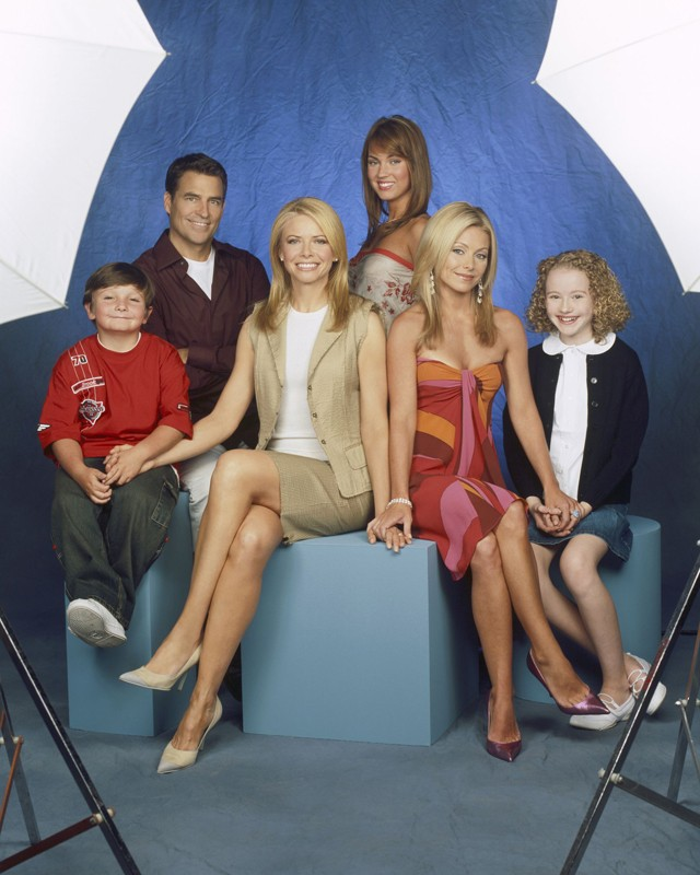 Una foto promo di: Paulie Litt, Ted McGinley, Faith Ford, Megan Fox, Kelly Ripa e Macey Cruthird per la serie Hope & Faith