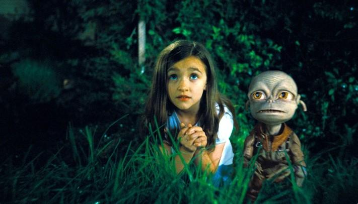 Ashley Boettcher e l'alieno Sparks in un'immagine del film Alieni in soffitta