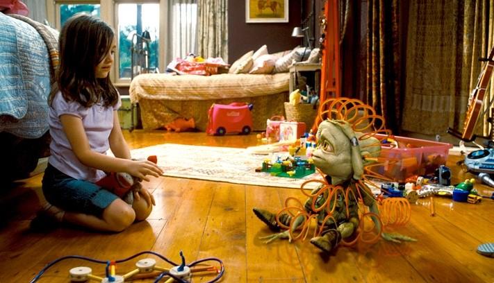 Ashley Boettcher e l'alieno Sparks in una scena del film Alieni in soffitta