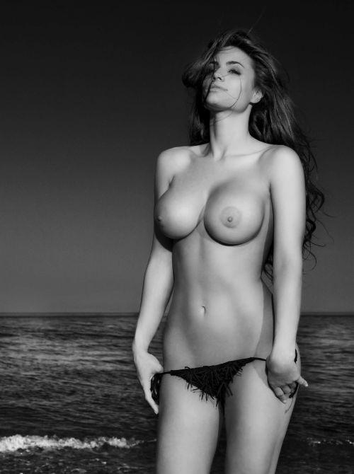 Cristina Del Basso è una sexy e procace sirena in una immagine del suo calendario 2009 realizzato per Panorama
