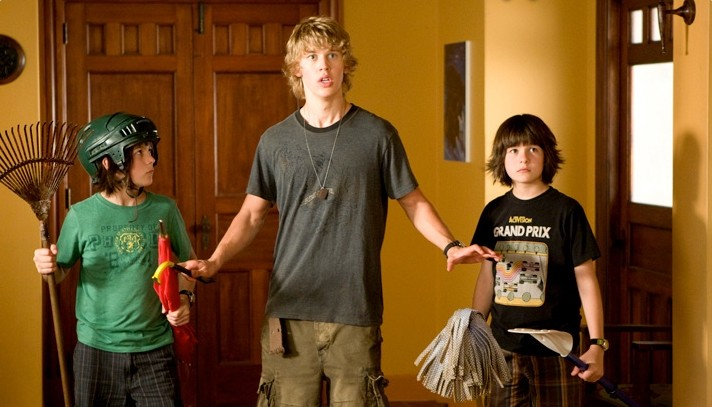 Henri Young, Austin Robert Butler e Regan Young in una scena del film Alieni in soffitta