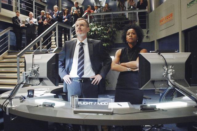 Andrew Airlie e Karen LeBlanc in una scena della serie Defying Gravity