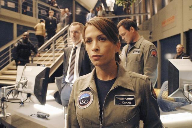 Christina Cox in una scena della serie Defying Gravity