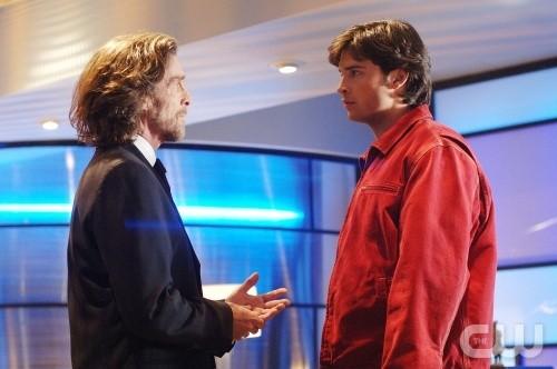 Clark e Lionel (Tom Welling e John Glover) in una scena de Il persecutore, episodio di Smallville (stagione 5)