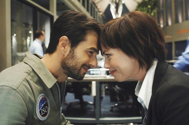 Eyal Podell e Maxim Roy in una scena della serie Defying Gravity