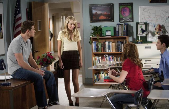 Greg Finley, Megan Park, Renee Olstead e Ken Bauman in una scena dell'episodio The Summer of Our Discontent della serie La vita segreta di una teenager americana