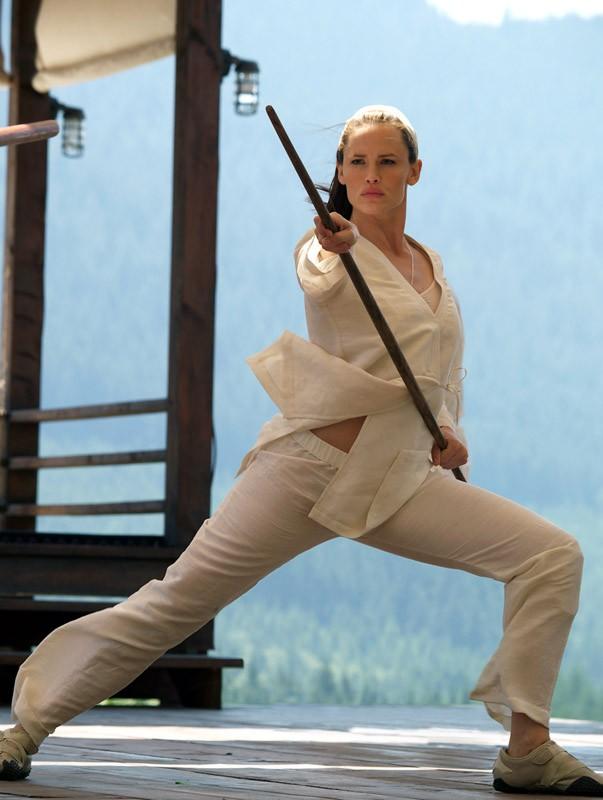 Jennifer Garner durante l'allenamento in una scena di 'Elektra'