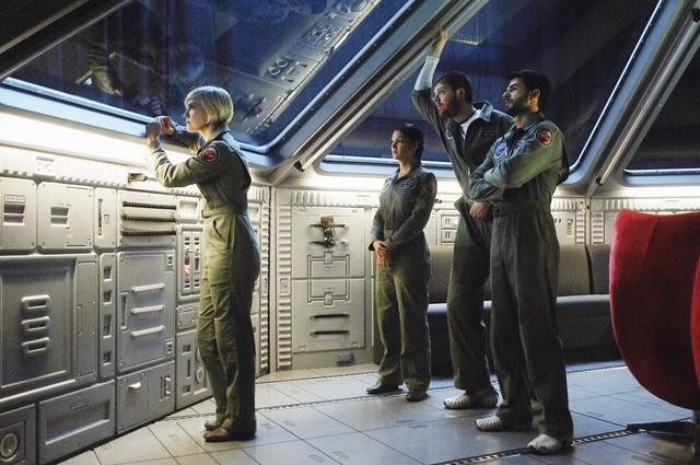 Laura Harris, Paula Garces, Dylan Taylor ed Eyal Podell in una scena della serie Defying Gravity