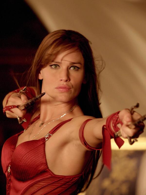 Un primo piano di Jennifer Garner durante una scena di combattimento nel film Elektra