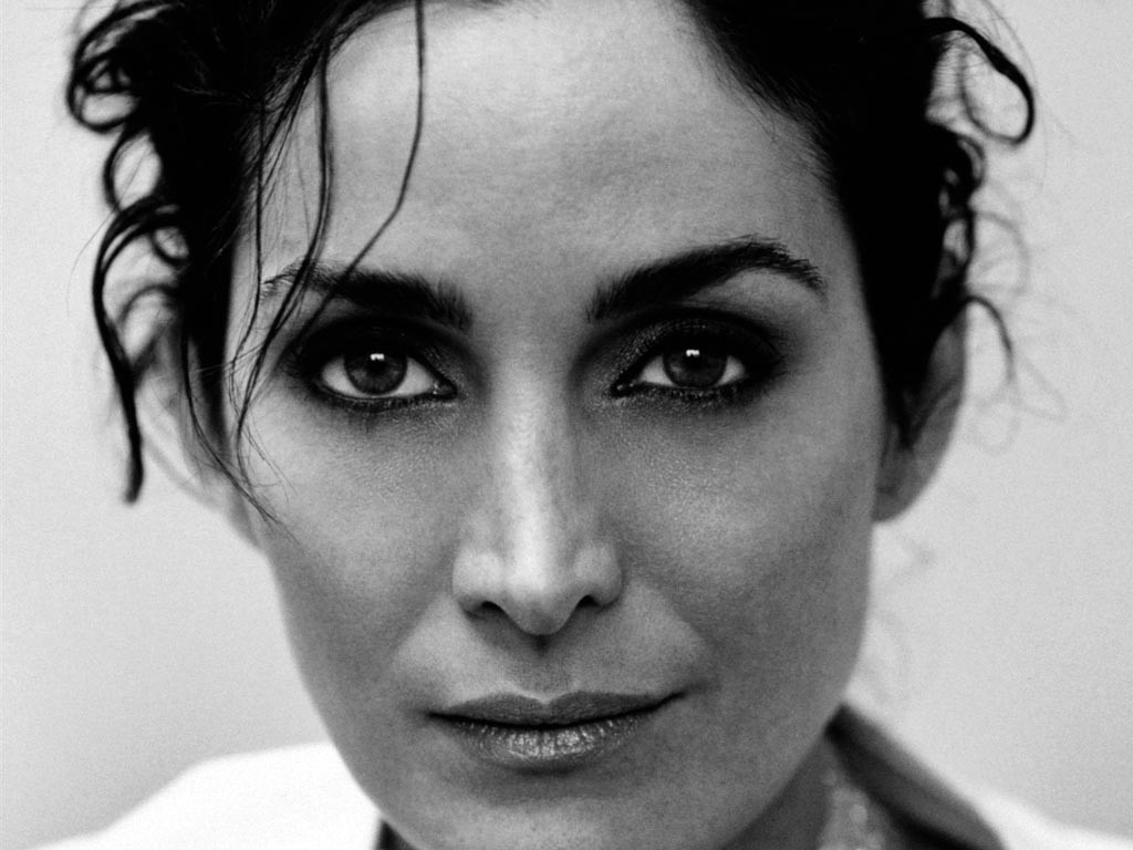 Wallpaper: un primo piano di Carrie-Anne Moss in bianco e nero