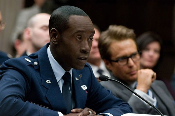 Don Cheadle in una scena di Iron Man 2