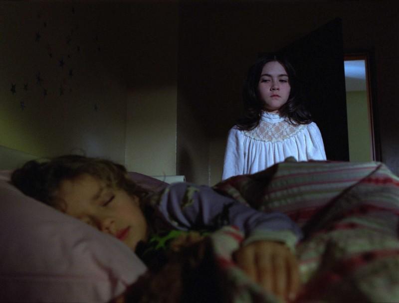 Aryana Engineer e Isabelle Fuhrman in una scena dell'horror Orphan