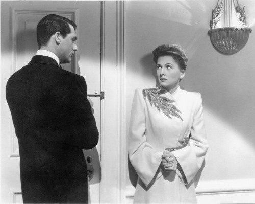 Cary Grant e Joan Fontaine in una scena del film Il sospetto (1943)