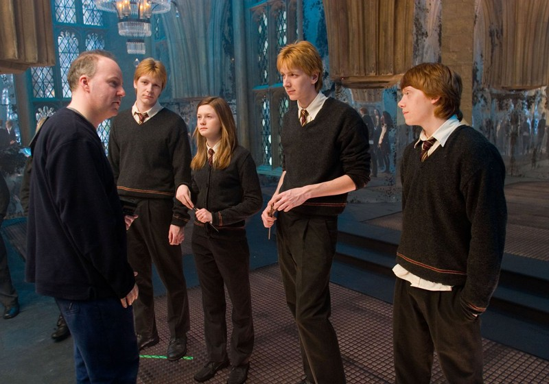David Yates, James Phelps, Bonnie Wright, Oliver Phelps e Rupert Grint insieme sul set del film Harry Potter e l'Ordine della Fenice
