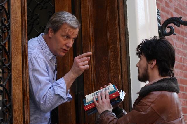 Jeff Daniels e Lou Taylor Pucci in una scena del film The Answer Man