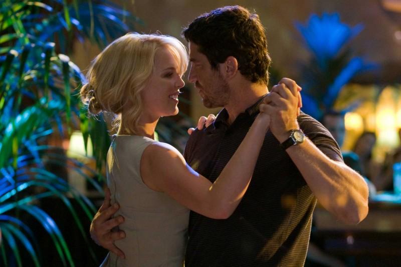 Katherine Heigl e Gerard Butler in una romantica immagine del film La dura verità