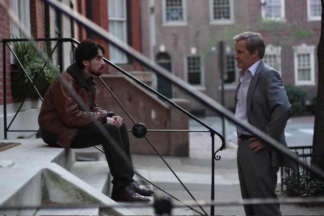 Lou Taylor Pucci e Jeff Daniels in una scena del film The Answer Man