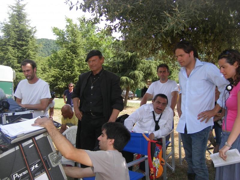Barbato De Stefano (con la camicia azzurra) accanto a Nino Frassica e Terence Hill sul set di Don Matteo 7
