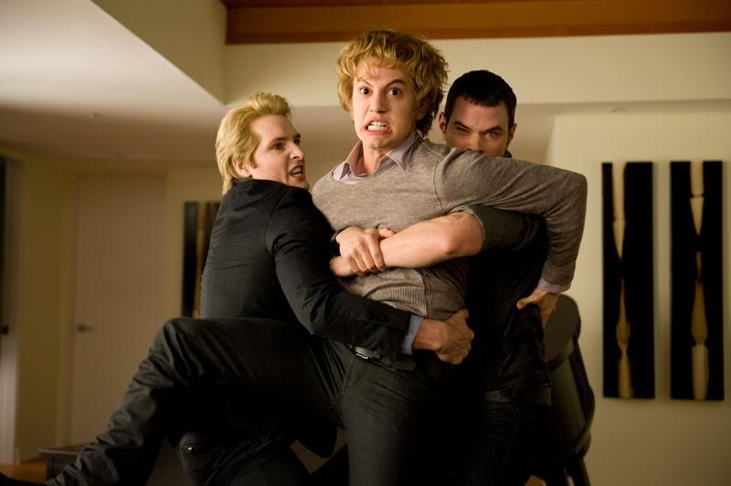 Carlisle (P. Facinelli) ed Emmett (K. Lutz) trattengono con forza l'assetato Jasper (J. Rathbone) nel film Twilight: New Moon