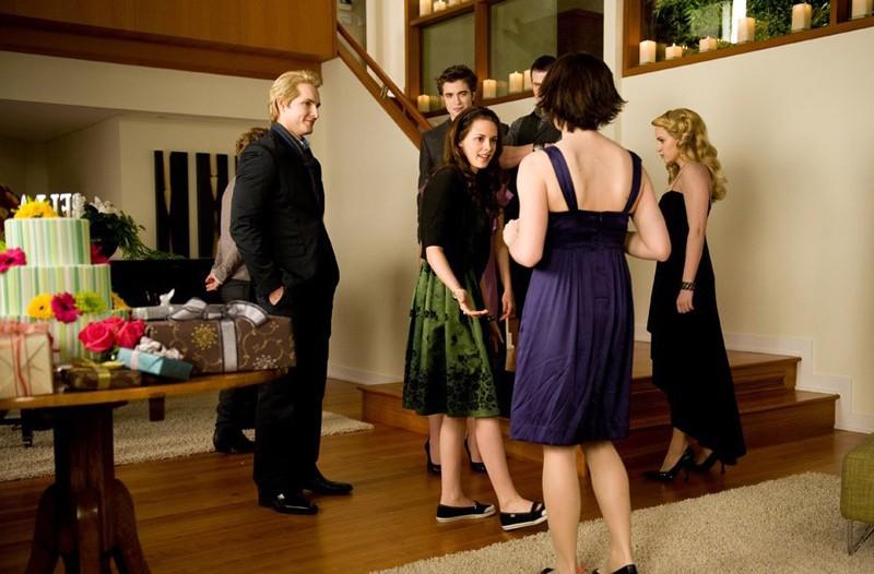 La festa di compleanno per Bella in casa Cullen in una scena del film Twilight: New Moon