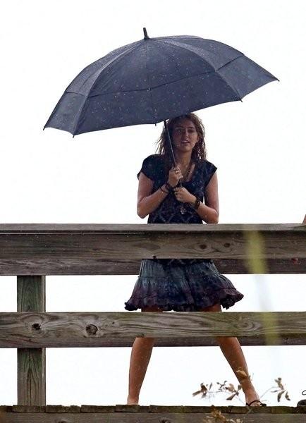 Miley Cyrus sotto l\'ombrello sul set del film The Last Song