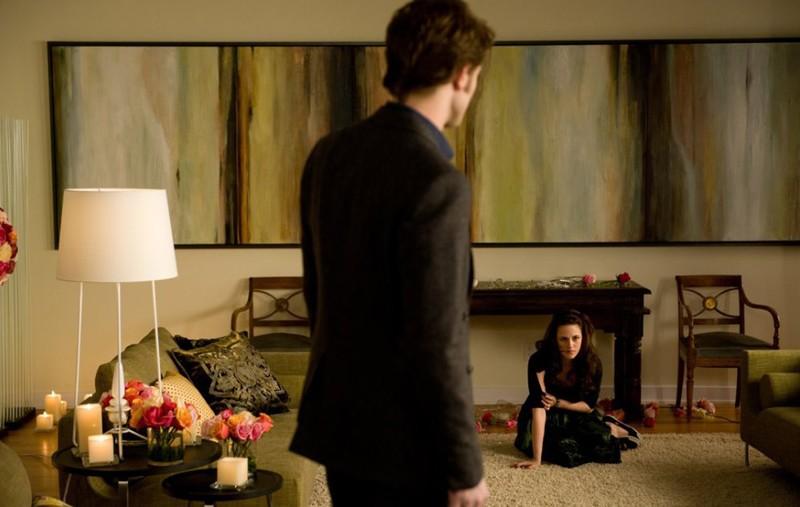 Robert Pattinson di schiena e Kristen Stewart in lontananza in una scena di Twilight: New Moon