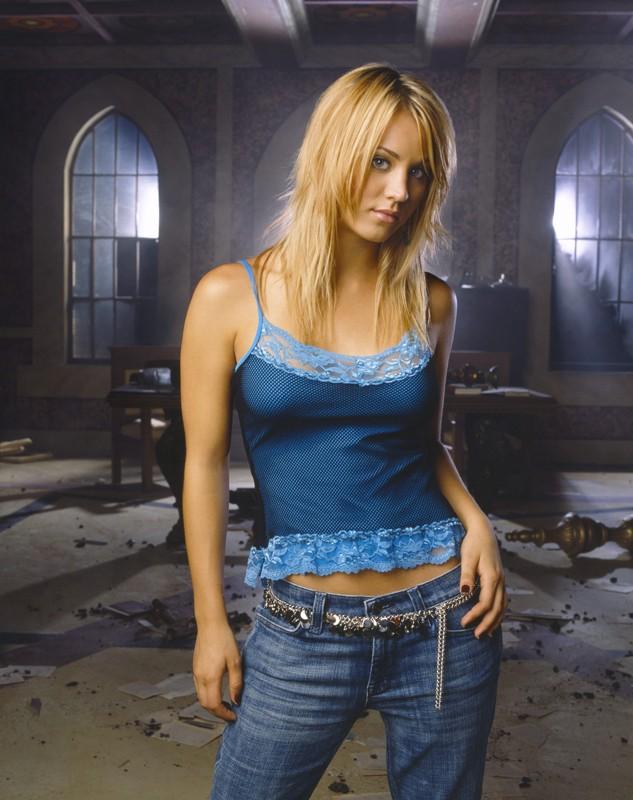 Kaley Cuoco in un'immagine promozionale per la stagione 8 del telefilm Streghe