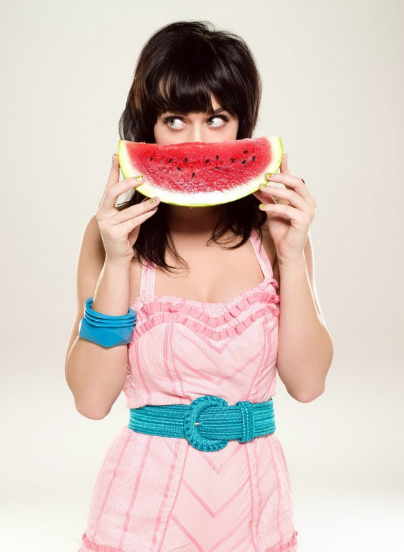 Katy Perry si nasconde dietro con una fetta di cocomero