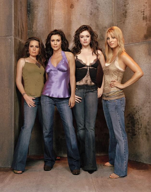 Piper(Holly Marie Combs), Phoebe(Alyssa Milano), Paige(Rose McGowan) e Billie Jenkins(Kaley Cuoco) per la season 8 di Charmed