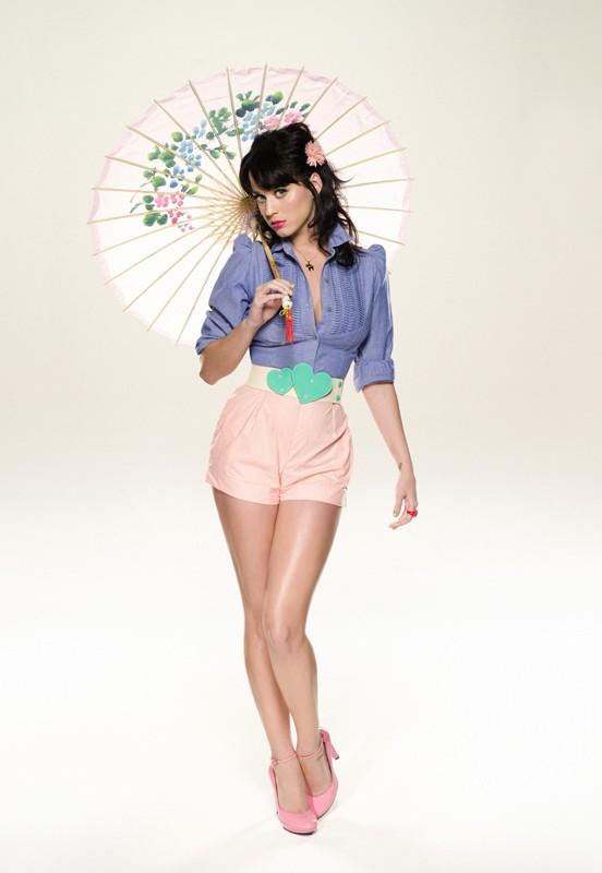 Una dolce Katy Perry con ombrellino